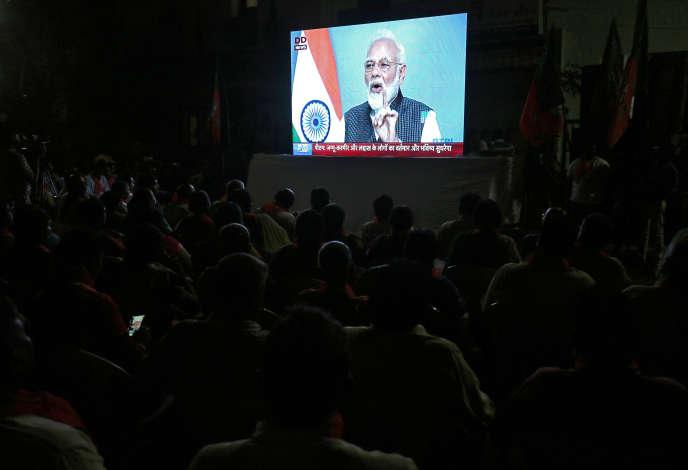 Durant l'allocution télévisée du premier ministre Narendra Modi àAhmedabad, en Inde, le 8 août.