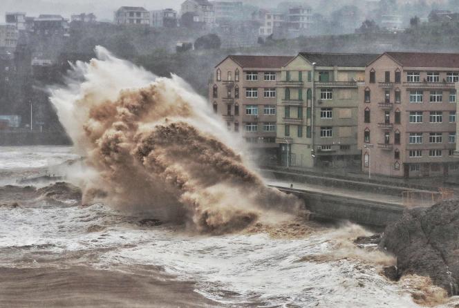 Des vagues impressionnantes dans la ville de Taizhou, le 9 août.