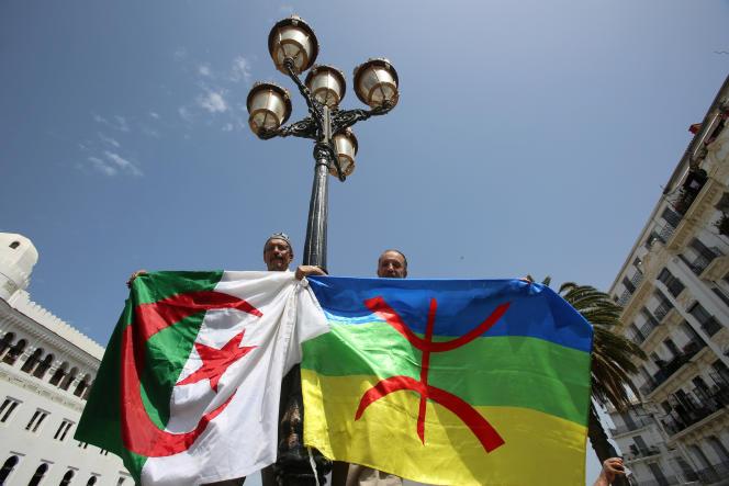 Des manifestants brandissent les drapeaux algérien et berbère, à Alger, le 21juin 2019.