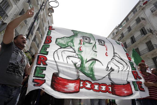 « Libérez l'Algérie», peut-on lire sur la banderole, lors de l'undes rassemblements hebdomadaires du mouvement Hirak, à Alger, le 9 août 2019.