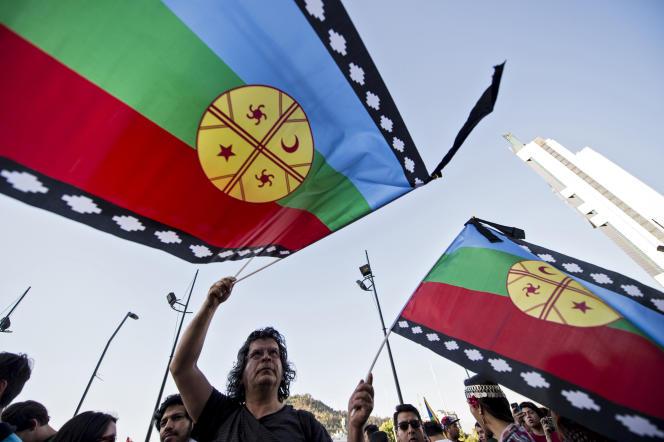 Des manifestants mapuche et des défenseurs des droits de l'homme manifestant à Santiago, le 15 novembre, après la mort de Camillo Catrillanca.