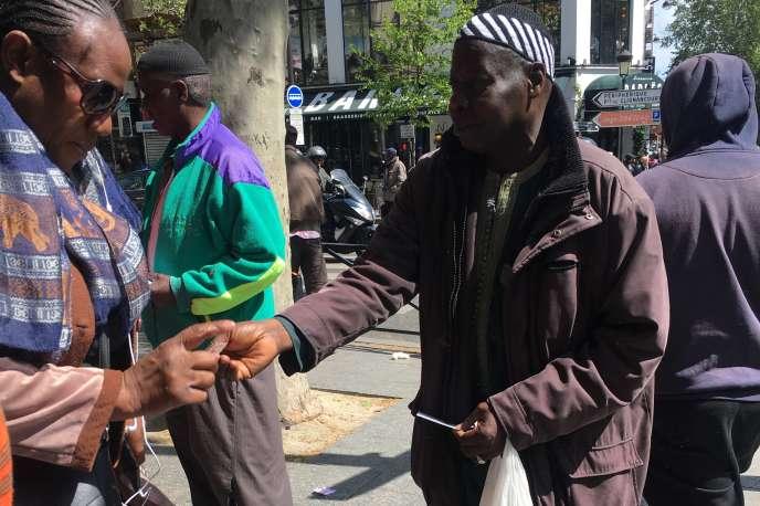 Des marabouts distribuent des flyers à Barbès, dans le 18earrondissement de Paris.