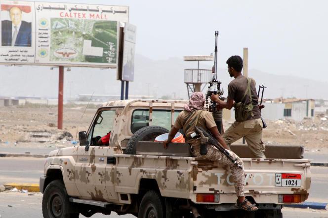 Des combattants séparatistes du «Cordon de sécurité», soutenus par les Emirats arabes unis, patrouillent à Aden, le 10 août.