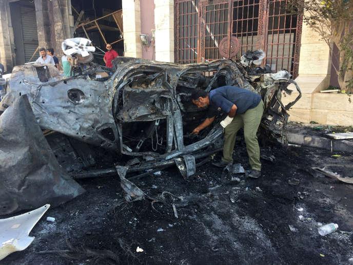 La violence de l'explosion a été telle que la voiture a été scindée en deux.