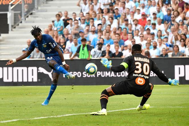 L'avant reimois Boulaye Dia (à gauche) et le capitaine marseillais Steve Mandanda lors d'un match de L1 Olympique de Marseille le 10 août 2019.