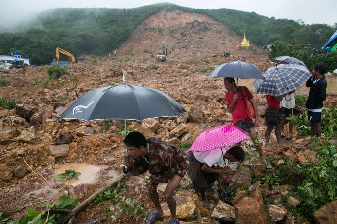 Des habitants de l'Etat de Mon sur le lieu du glissement de terrain, samedi 10 août.