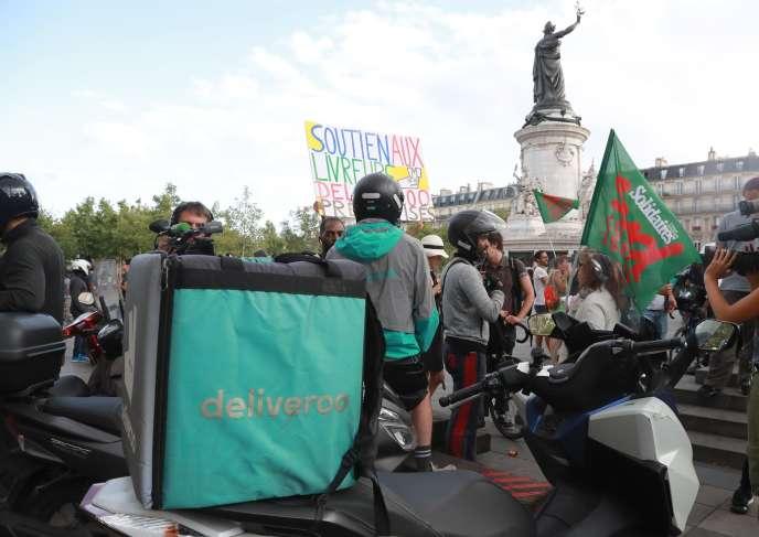 Rassemblement de livreurs Deliveroo, place de la République à Paris, samedi 10 août.