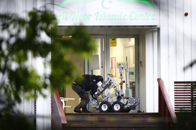 La police intervient sur les lieux du centre islamique al-Noor, à Baerum, près d'Oslo, après une fusillade à l'intérieur de la mosquée, le 10 août.