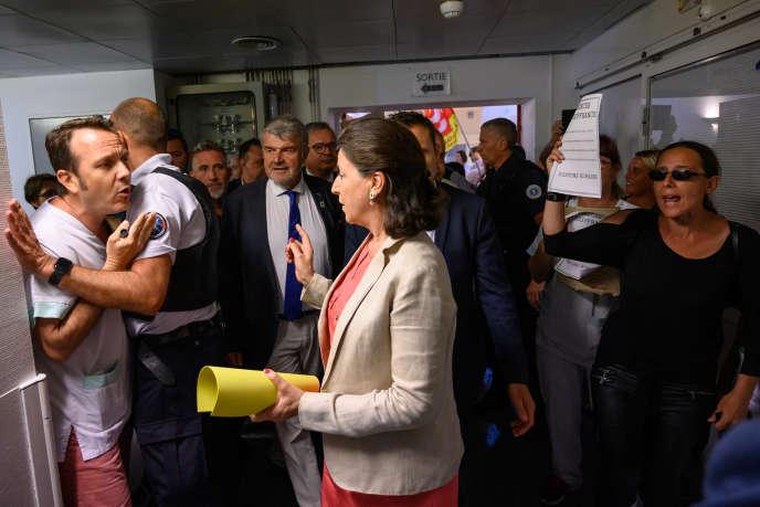 La ministre de la santé, Agnès Buzyn, aux urgences du centre hospitalier Saint-Louis à La Rochelle (Charente-Maritime), le 12 juillet.