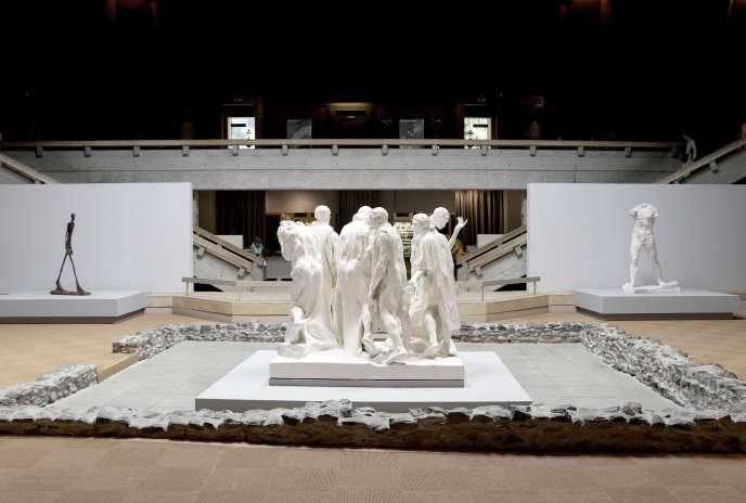 De gauche à droite «Homme qui marche II» de Giacometti, «Les Bourgeois de Calais» et «L'Homme qui marche, grand modèle» de Rodin.