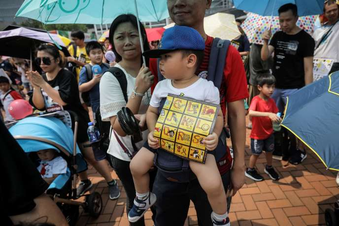 Hundreds of families march to Hong Kong for the pro-democracy movement