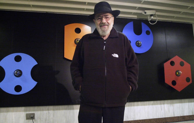 Le sculpteur grec Takis devant l'une de ses œuvres dans une station de métro à Athènes, en janvier 2001.