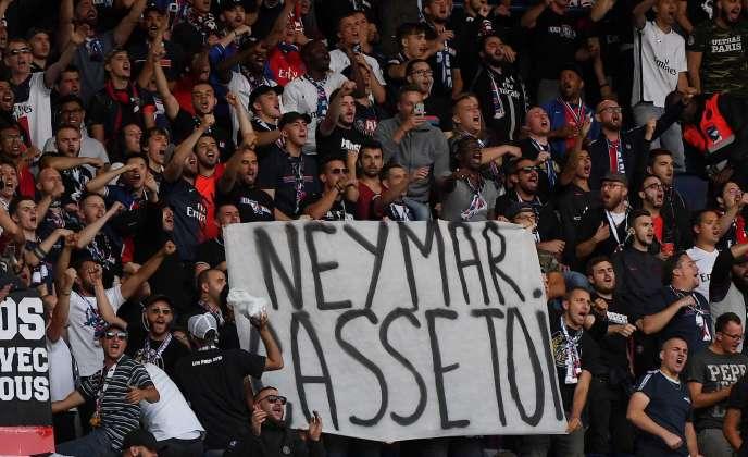 « Neymar casse-toi» : des supporteurs du PSG ont tenu cette banderole réclamant le départ du Brésilien, au Parc des Princes, dimanche 11 août.