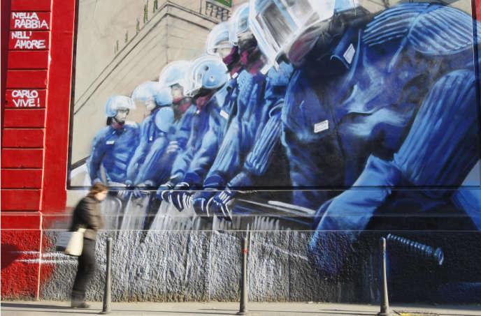 Le message de cette fresque à Milan «Dans la haine, dans l'amour, Carlo vit» fait référence au manifestant mort en 2001, lors du G8 de Gênes.