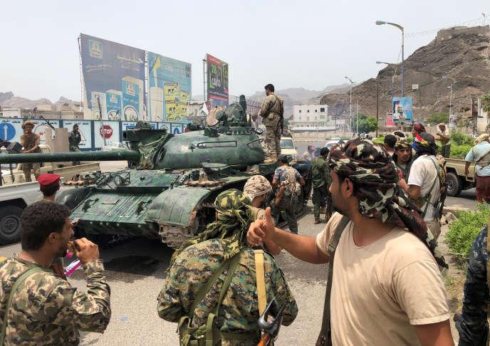 Des soutiens séparatistes de l'indépendance du sud du Yemen ont saisi un tank dans dans une caserne d'Aden, samedi 10 août.