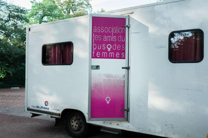 Le camion de l'association des Amis du bus des femmes, dans le bois de Boulogne, en septembre 2018.