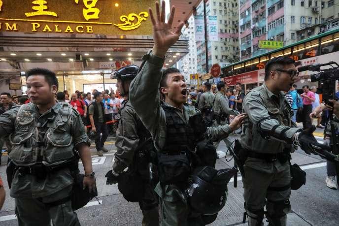 Des policiers lors des manifestations prodémocratie à Hongkong, le 11 août.