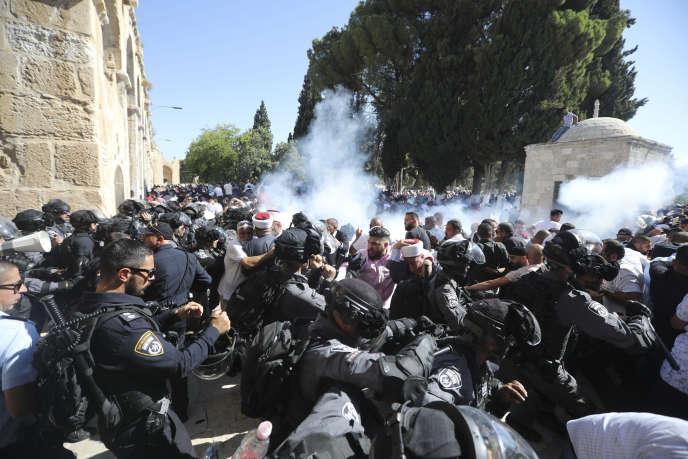 Affrontements entre Palestiniens et policiers israéliens devant la mosquée al-Aqsa de Jérusalem, le 11 août.