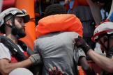 L'«Ocean Viking»de SOS Mediterranée et Médecins sans frontières porte secours à des migrants au large de la Libye, le 11 août.
