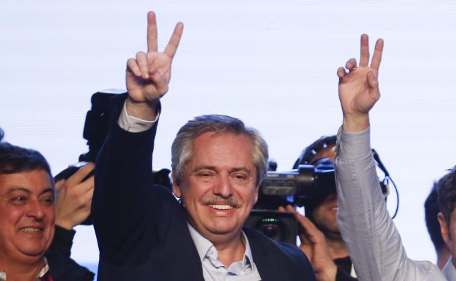 Le candidat Alberto Fernandez fait le signe de la victoire devant ses militants au QG du parti« Frente de todos», à Buenos Aires, dimanche 11 août.