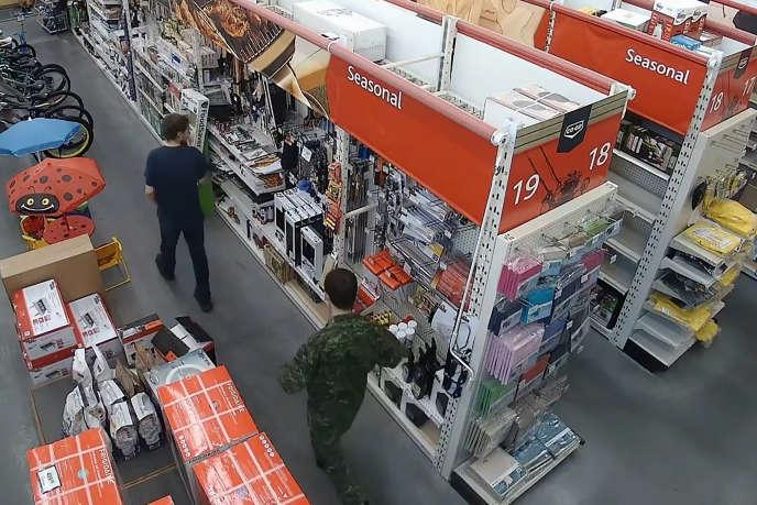 Capture d'écran d'une caméra de surveillance d'un magasin de Meadow Lake, dans la province du Saskatchewan, montrant de dos Kam McLeod, 19 ans et Bryer Schmegelsky, 18 ans.