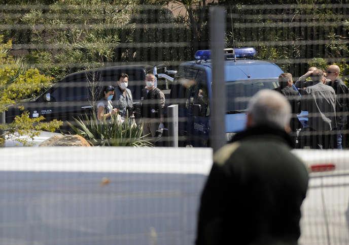 Des enquêteurs interviennent à Porto-Vecchio (Corse-du-Sud), où a été assasiné Richard Casanova, le 23 avril 2008.