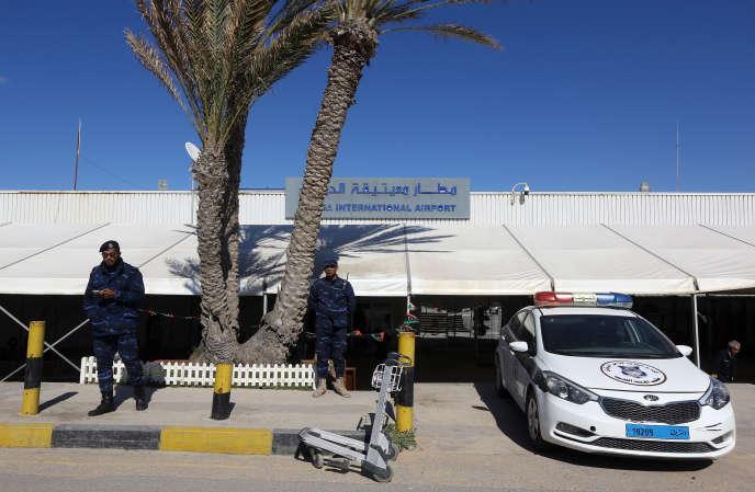 Des policiers libyens à l'aéroport de Mitiga, près de Tripoli, le 8avril 2019.