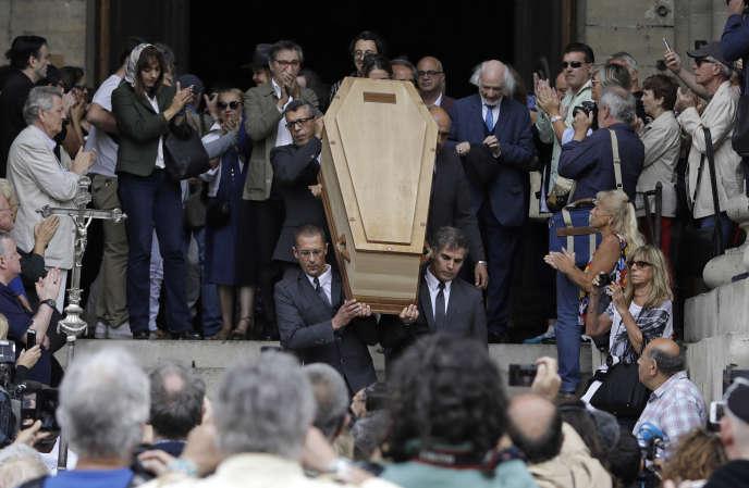 Le cercueil de Jean-Pierre Mocky porté à l'extérieur de l'église Saint-Sulpice à Paris, lundi 12 août.