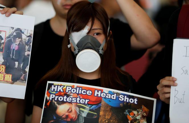 Une manifestante à l'aéroport de Hongkong, lundi 12 août.