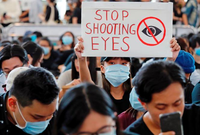 Manifestation à l'aéroport de Hongkong, lundi 12 août.