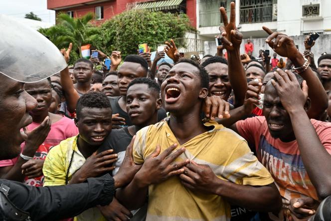Devant la polyclinique des Deux-Plateaux, dans le quartier Cocody, à Abidjan, des fans pleurent la disparition de leur idole, le 12 août.