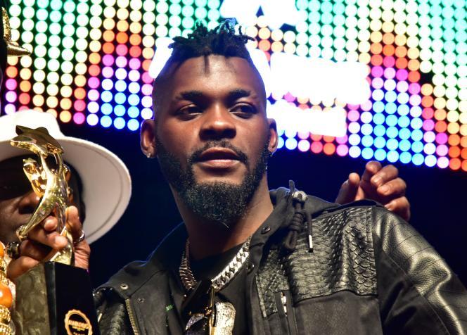 DJ Arafat reçoit le trophée du meilleur artiste de coupé-décalé, à Abidjan, le 2 octobre 2017.
