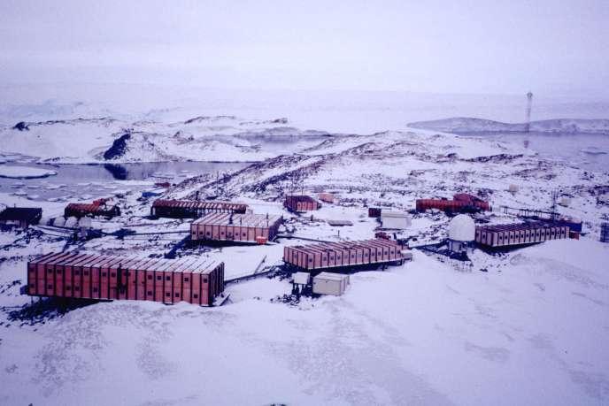 La base française Dumont d'Urville dans le district de la terre Adélie en Antarctique.
