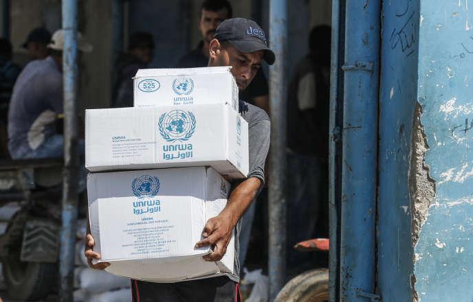 Dans un centre de distribution d'aidé géré par l'UNRWA dans le camp de réfugiés de Bureij, bande de Gaza, le 31 juillet.