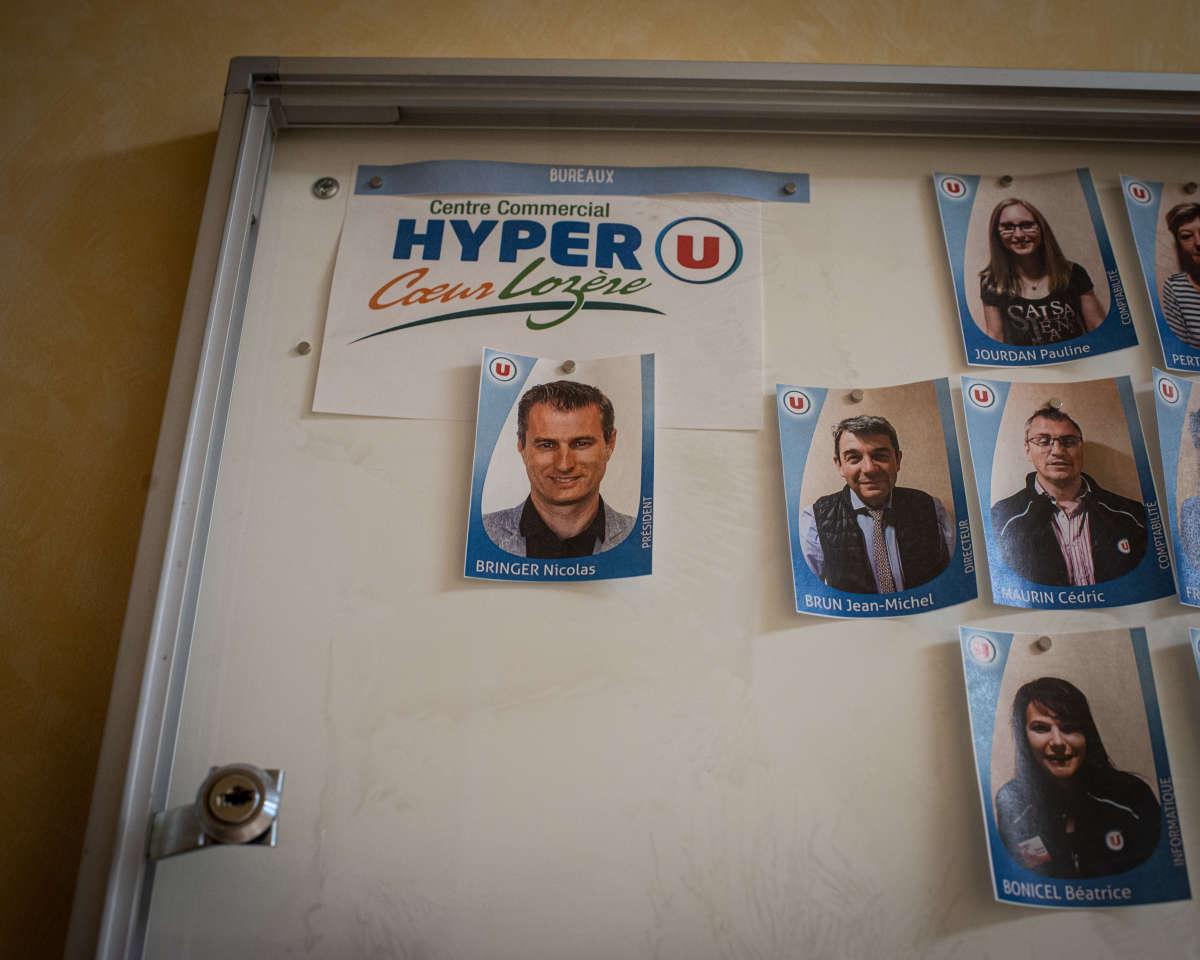 Dans les couloirs réservés aux personnels, une partie de l'équipe de l'Hyper U de Mende en Lozère, Nicolas Bringer (au centre), le PDG, et Jean-Michel Brun, le directeur (à droite).