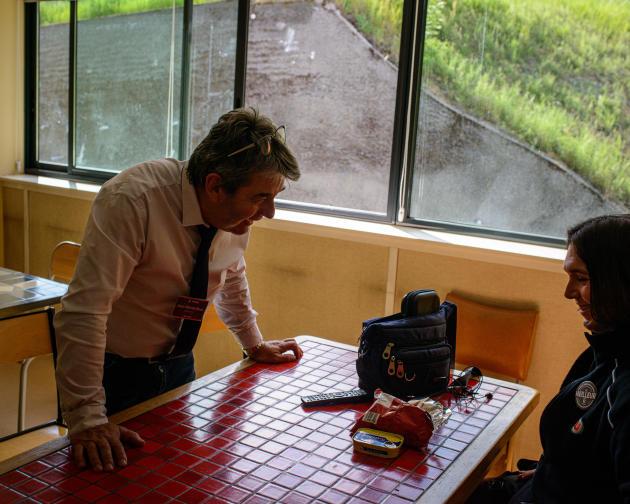 Dans la salle à manger du magasin, Jean-Michel Brun, directeur de l'hyper U de Mende, et Marlaine, une employée, le 18 juin.