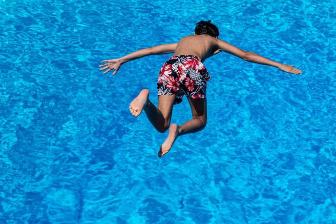 La France compte 2,5 millions de bassins privés, selon la Fédération des professionnels de la piscine et du spa (FFP).
