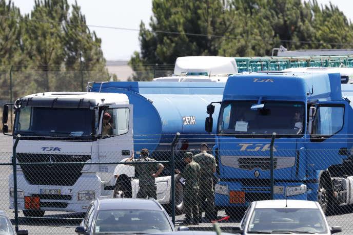 Des soldats surveillent le ravitaillement des transporteurs d'essence, à Aveiras (Portugal), le 13 août.