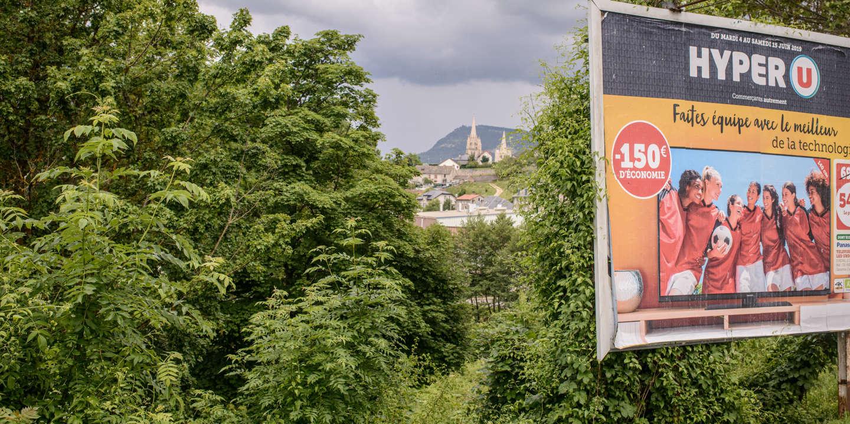 Affiche de publicité du magasin HyperU à l'entrée de la ville de Mende. Hypermarché U de la ville de Mende. Département de la Lozère. Région Occitanie. France.