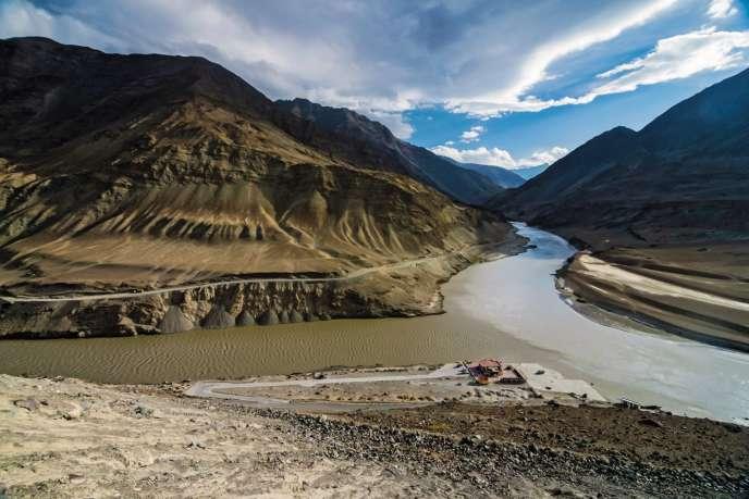 Le fleuve Indus et son affluent Zanskar, à Ladakh, en Inde.