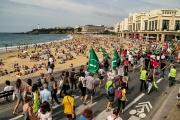 De nombreuses organisations contestataires comme Bizi ! et Attac,le PCF et les « gilets jaunes » ont manifesté à Biarritz le 13 juillet.