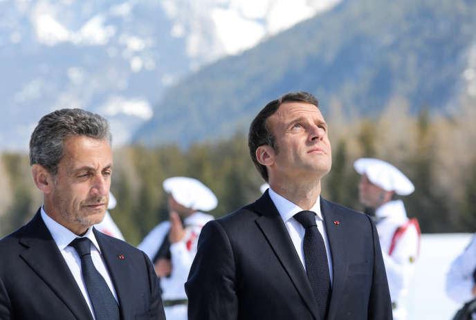 Nicolas Sarkozy et Emmanuel Macron lors d'un hommage aux Résistants sur leplateau des Glières (Haute-Savoie), le 31 mars.