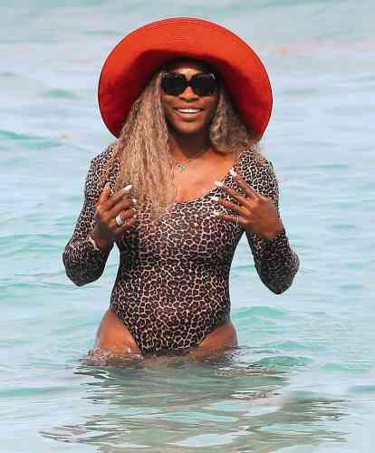 Douze ans plus tard, Serena Williams est toujours la meilleure joueuse de tennis au monde, et sa polyvalence sur les différentes surfaces continue d'étonner. Ici, Serena Williams brille même sur l'eau, sans s'inquiéter un instant à la perspective que le sel fasse perdre leur éclat à ses diamants ou à ses bijoux en argent, ou qu'il attaque ceux enor. Au pire, elle en rachètera.