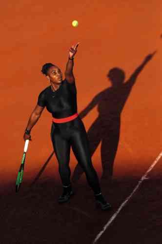 Après un accouchement suivi de complications et de longs mois loin des courts, Serena Williams vient d'effectuer son retour sur le circuit. Et elle ne passe pas inaperçue. ARoland-Garros, l'Américaine arbore une inédite combinaison Nike intégrale, dont tout le monde se plaît à décrypter les multiples fonctions (elle facilite la circulation sanguine, et rejoint l'esthétique du film «Black Panther»…). Tout le monde, sauf un homme. Bernard Giudicelli, le président de la Fédération française de tennis, annonce que ladite tenue va « trop loin » et qu'elle ne sera plus autorisée porte d'Auteuil.