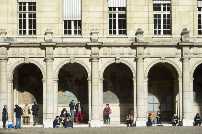 Dans la cour d'honneur del'université de la Sorbonne, à Paris.