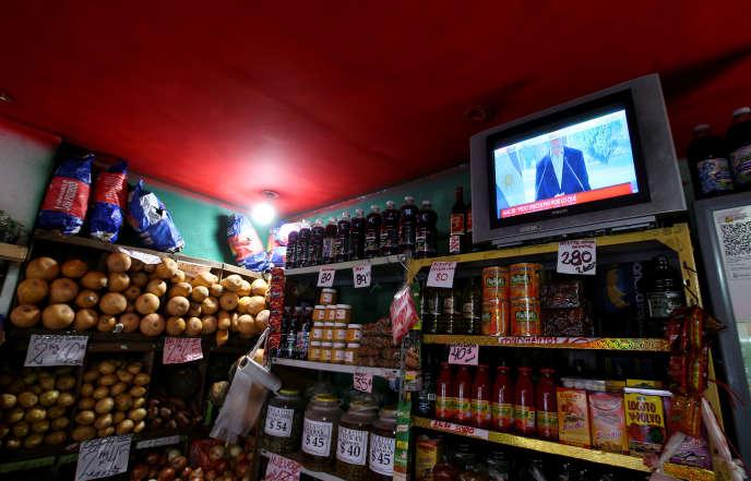 Pendant l'allocution télévisée du président argentinMauricio Macri annonçant des mesures sociales pour la classe moyenne, à Buenos Aires, le 14 août.