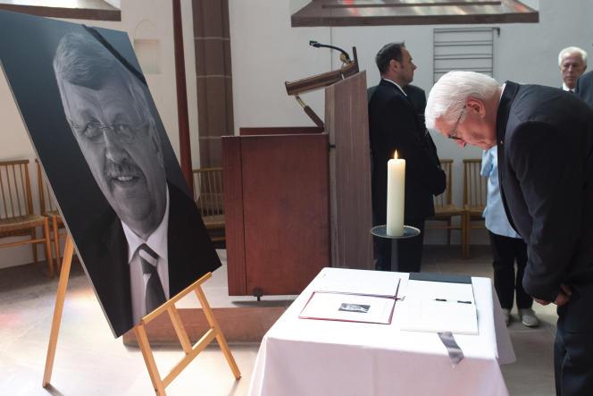 Le président allemand, Frank-Walter Steinmeier, rend hommage au préfet Lübcke après son assassinat, à Kassel (Hesse), le 23 juin.