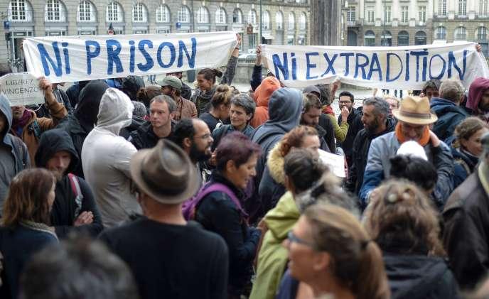 Rassemblement de soutien à Vincenzo Vecchi devant la cour d'appel de Rennes (Ille-et-Vilaine), le 14 août.