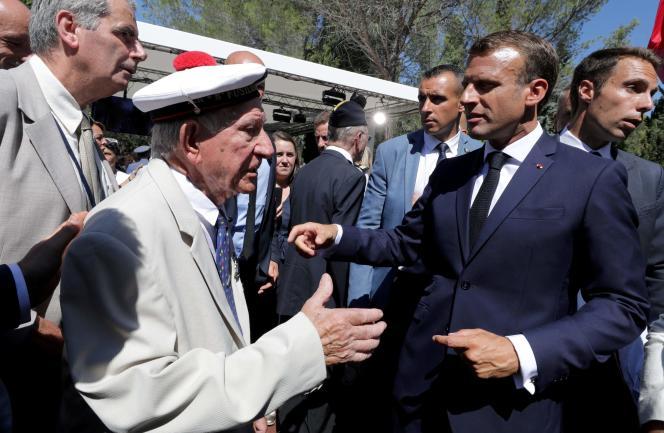 Emmanuel Macron salue un vétéran lors des célébrations du 75e anniversaire du débarquement en Provence, à Saint-Raphaël (Var), le 15 août.