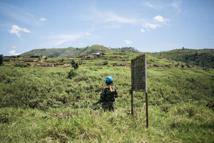 Un casque bleu de la Monusco monte la garde sur le territoire de Masisi, dans la province du Nord-Kivu, en RDC, le 11avril 2019.